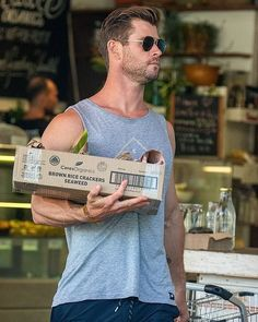 Chris Hemsworth shows off his bulging biceps as he shops in Byron Bay Avengers, Thor Marvel, Hemsworth Brothers, Riverdale Cole Sprouse, Chris Hemsworth Thor, Cool Hairstyles For Men, Z Cam, Man Thing Marvel, Big Sean