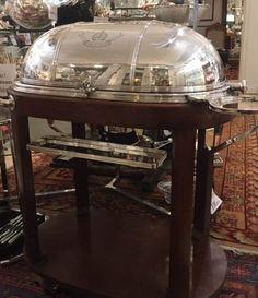Très jolie table à boeuf, ancienne, en métal argenté, avec sa structure en bois teinté acajou, provenant de l'hotel d'Angleterre à Rouen. Sa cloche, en métal argenté, a une ouverture à 180°. Elle possède :                    En savoir plus surTable à boeuf, ancienne, en métal argenté, avec structure en bois teinté acajou[...]
