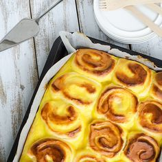Give your sweet buns a fancy makeover by serving this bun cake. Buns as soft as pillows, surrounded by the best egg custard ever. No Bake Cake, Waffles, Pineapple, Food And Drink, Bread, Cookies, Baking, Fruit, Breakfast