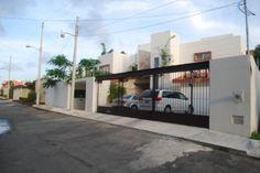 Casa en venta en Cancún en Residencial Campestre de 3 niveles, 3 recámaras, 4.5 baños, estudio, sala de T.V., sala, comedor, cocina integral, ventiladores, aire acondicionado, cuarto de servicio, área de lavado, estacionamiento para 3 autos, hidroneumático, alberca, jardín, baño completo y bar, circuito de T.V. y malla eléctrica. http://www.alfavivendi.com/index.php/Page,InmuebleView/RecordId,1c3e49e0-6d21-d608-917f-f32edea42726/MenuOption,INICIO_INICIO