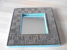 Hello, me revoilà!!! Hé oui mon dernier né est une miroir en carton et dentelle de carton. Le miroir en lui même mesure 15X15cm et 23X23cm avec la dentelle. C'est super facile à faire, mais malgré sa petite taille, il m'a prit un temps fou, juste pour...