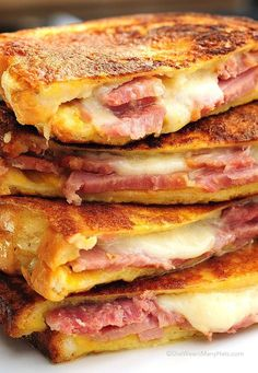 Monte Cristo sandwich is the American response to the French Croque Monsieur. Monte Cristo Sandwich, Monte Cristo Recipe, Think Food, I Love Food, Pie Iron Recipes, Soup And Sandwich, Ham And Egg Sandwich, Sandwich Ideas, Lunch Sandwiches