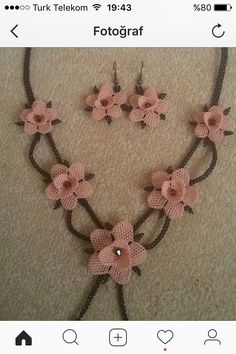 This post was discovered by Fatma Okur. Discover (and save!) your own Posts on Unirazi. Boho Necklace, Crochet Necklace, Crochet Ball, Neck Accessories, Crochet Leaves, Unique Crochet, Crochet Slippers, Lace Making, Lace Flowers