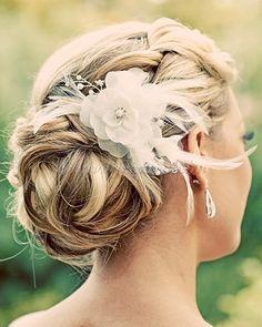 esküvői frizura virággal - tarkókonty selyemvirággal