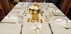 Recibe el año nuevo con una decoración sencilla y bonita, realizada con elementos que tengas en casa Table Settings, Table Decorations, Home Decor, Pretty, Mesas, Decoration Home, Room Decor, Place Settings, Dinner Table Decorations
