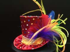 Arco iris circo carnaval sombrerero loco Mini Top Hat Crazy Hat Day, Crazy Hats, Fancy Hats, Cool Hats, Snowman Hat, Derby Dress, Cool Kids Clothes, Mad Hatter Hats, Alice In Wonderland Party