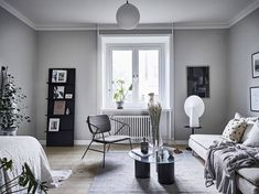 Yesterday I showed you a majestic apartment in Stockholm, which was very inspiring, but I find it just as inspiring to see a cozy one room apartment that is decorated in a smart way so it feels spacious and cozy. Small Apartments, Small Spaces, Studio Apartments, One Room Apartment, Home Decor Lights, Studio Living, Living Room Interior, Small Living, Interior Design