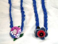 colares em crochê com flores de tecido