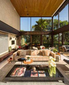 Lujo carioca. O una casa de paredes de cristal · Luxury in Rio de Janeiro. A house with glass walls.