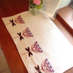 4つのビバーナムティヌスの刺繍 家庭訪問があるので、玄関を少しでも飾ろうと…ランチョンマットを作りました‼︎先生がみえた2日後に完成〜〜 #刺繍 #ビバーナムティヌス#ハンドメイド #手芸 #ステッチ #植物 #花 #ランチョンマット #玄関 #靴箱 #handembroidery #stitch #flower #anemoneflaccida #plant
