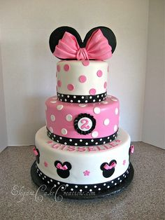 What a classy way to create a minnie mouse cake! If I were two, I probably wouldn't want to eat an actual picture of minnie either. Bolo Do Mickey Mouse, Bolo Minnie, Minnie Mouse Birthday Cakes, Minnie Mouse Theme, 2 Birthday Cake, Birthday Ideas, Mini Mouse Cake, Disney Cakes, Mouse Parties