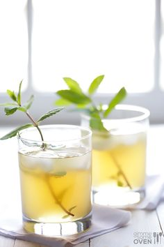Sparkling Ginger Mint Julep Recipe -- It's so easy!  All you need is ginger beer + bourbon + fresh mint. | gimmesomeoven.com #cocktail