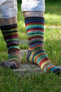 Edelleen sukkalinjalla mennään. En ole vielä edes silitellyt muita kuin sukkalankoja. Nooo, onhan vielä heinäkuu ja viimeinen lomaviikko al...