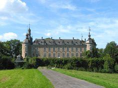 Château de Mirwart, Belgique. L'origine du château remonte au XIe siècle, où il défend la vallée de Lhomme face aux seigneurs de Bouillon et d'Orchimont. Victime des nombreux conflits qui agitent la région au cours des siècles, il est entièrement reconstruit au début du XVIIe siècle par les Smackers, venus de Maestricht et Liège, qui lui confèrent son allure actuelle de vaisseau austère. Devenu bien provincial, en 1951, il est peu à peu abandonné et finalement sauvé de la ruine par M. Tijs…