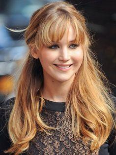 La media cola como la lleva Jennifer Lawrence está de moda ¿La usarías? Encuentra más estilos aquí... http://www.1001consejos.com/top-12-peinados-faciles/