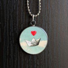 Collier cabochon en verre bateau en papier et coeur rouge dans les nuages - romantique