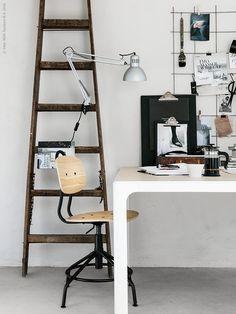 BEKANT konferensbord, vitt/björkfaner, KULLABERG arbetsstol i äldre industristil med modern funktion. TERTIAL arbetslampa, UPPHETTA kaffe/tepress, VÄLBEKANT skrivplatta.