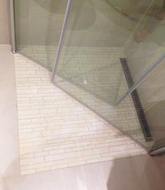 Lyse, små #fliser i #dusj med glassdører. Lyst og pent!