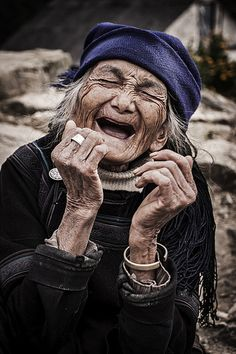 Portrait photography inspiration: old woman erupting with unbridled laughter. Good Smile, Just Smile, Smile Face, Beautiful Smile, Beautiful People, Happy Smile, Simply Beautiful, Foto Portrait, Portrait Photography