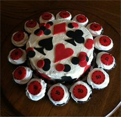 Poker cake- Use fondant or cookies for the shapes Party Food Themes, Casino Party Foods, Casino Party Decorations, Casino Theme Parties, Party Desserts, Party Ideas, Super Healthy Recipes, Healthy Foods To Eat, Casino Royale