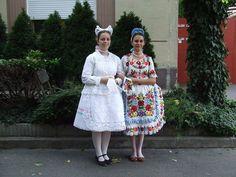 lányok kalocsai viseletben