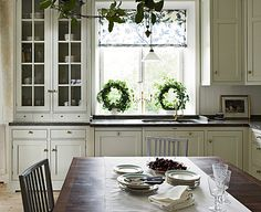 A kitchen that combines glass front cabinets with solid front cabinets. Via Willow Decor, from Kvänum Kok, a Swedish cabinet company. Swedish Kitchen, Classic Kitchen, Scandinavian Kitchen, New Kitchen, Kitchen Dining, Kitchen Decor, Kitchen Ideas, Decorating Kitchen, Green Kitchen