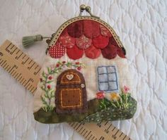 Patchwork by Elektra Z: Monedero- casita/ Little house-shaped coin-purse Más Japanese Patchwork, Japanese Quilts, Patchwork Bags, Quilted Bag, Fabric Crafts, Sewing Crafts, Sewing Projects, Fabric Purses, Fabric Bags