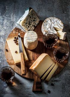 That cheese plate tho Fromage Cheese, Charcuterie Cheese, Queso Cheese, Wine Cheese, Cheese Platters, Food Platters, Charcuterie Board, Tapas, Food Photography Tips