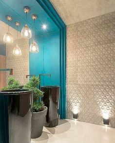 O ambiente de hoje é esse banheiro super atual. Com cubas inteiriças que são tendência, cores diversas, texturas desde o teto ao chão e iluminação pontual.  Porcelanato em relevo da Cerâmica Portinari, Sides Concreto.
