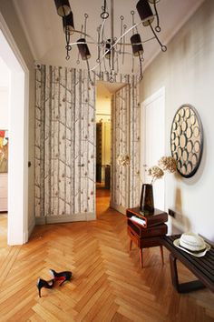Papier peint Woods and Pears de Cole and Son via  http://www.aufildescouleurs.com/contemporary-restyled/526-woods-pears.html  Architecture interieure via Agence Olga BERKHMAN