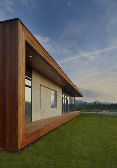 The rear glass walls, which face West and South, are shielded by large overhangs and open to rolling farmland below and the mountains beyond. The entry level serves as the primary living area and is comprised of living, dining, kitchen, a study and the master bedroom suite.Houses by SPG Architects