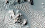Schaeberle Crater é uma grande cratera, fortemente preenchido com muitas características interessantes.  Esta imagem Mars Reconnaissance Orbiter da NASA mostra uma janela para o depósito de preenchimento cratera, apresentando erosão formações rochosas e formações eólicos.