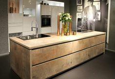 Küche Mit Kochinsel In Kupfer