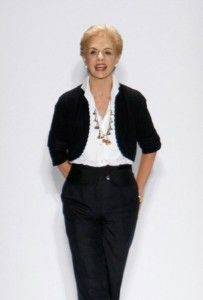 Check out our advice on How to Be Fashionable after Sixty, including fashion advice, clothes for older women and tips for women in their sixties. Carolina Herrera, Over 60 Fashion, Over 50 Womens Fashion, Fashion Fall, Dressing Over 60, 60 Year Old Woman, Cocktail Vestidos, Elegantes Outfit, Older Women Fashion