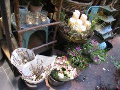 Stearinlys og blomster i bøtter