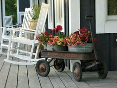 16 Rustic Vintage Porch Decor Ideas That Are Amazing 16 Rustikale Vintage Veranda-Dekor-Ideen, die e Front Porch Flowers, Farmhouse Front Porches, Country Porches, Country Porch Decor, Farmhouse Outdoor Decor, Summer Porch Decor, Farmhouse Style, Southern Porches, Farmhouse Ideas