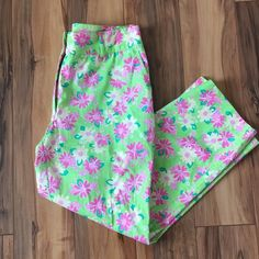 """☀️️SALE☀️Lilly Pulitzer Rhino Daisy Capris Excellent condition Lilly Pulitzer Rhino Daisy print Capris. Has the signature Lilly lime green background color. Size 4. Inseam is 24"""". Lightweight. Stretch cotton blend. Lilly Pulitzer Pants"""