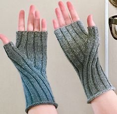 Gather some berries, shuck some corn and churn some butter - pioneers need to protect their hands! Get back to basics with these simple fingerless gloves.