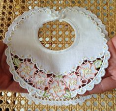Bavetta Intaglio, per informazioni ⇩ http://coccinellecreative.blogspot.it/2013/09/bavetta-colorata-bimba-ricamata-intaglio.html