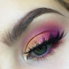 I'm am OBSESSED with this sunset inspired eye makeup And it's super easy to achieve! @morphebrushes 35O palette for the copper shade in the middle and 35B palette for the fuchsia in the crease @makeupgeekcosmetics Peach Smoothie and Petal Pusher to help with blending in the crease; Magic Act foiled shadow on the inner third of my lid and Masquerade on the outer third @beccacosmetics Moonstone to highlight the brow bone and popped on the inner corner (I used this as my full face…