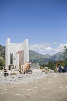Die Baustelle auf 1.700 bis 2.050 Meter Höhe bietet wenig Platz für Maschinen, Materiallager etc.