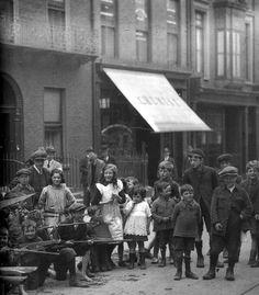 Old Dublin town Ireland 1916, Dublin Ireland, Ireland Travel, Ireland Pictures, Old Pictures, Old Photos, Vintage Photos, Dublin Street, Dublin City