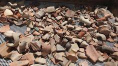 Lust mal Archäologe in Israel zu spielen?  Ständig werden Volontäre für Ausgrabungen gesucht. Die Arbeit kann knochenhart sein, aufgrund der Temperaturen und viel auf dem Bauch liegen oder krumm gebückt stehen. Aber für Studenten oder fitte Rentner ist dies ein einmaliges Erlebnis um Land und Leute intensiv und halbwegs preiswert erleben zu können.  Auf dem Foto sind Fundstücke aus der Zeit des Herodianischen Tempels zu sehen, gefunden bei Ausgrabungen nahe der Klagemauer