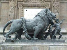 il possente leone guidato da un bimbo Lion Love, Cat Love, Animal Statues, Animal Sculptures, Stone Sculpture, Sculpture Art, Lion Monument, Black Lion, Lion Art