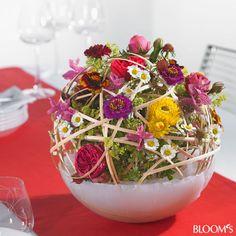 Vase aus Wachs gegossen - einschl. Haltegerüst für Blüten. Mit Anleitung. Somit müssen nur Blüten ausgetauscht werden. Ist das genial?