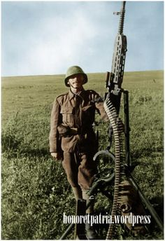 Romanian soldier, servant of a cal. mm, machine gun (here used as anti-aircraft machine gun). Bessarabia - July 1941 - pin by Paolo Marzioli Ww2 History, Military History, Ww2 Uniforms, Military Pictures, Total War, Military Diorama, Armed Forces, World War Two, Wwii