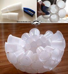 Faire un bonhomme de neige avec des gobelets en plastique (250)