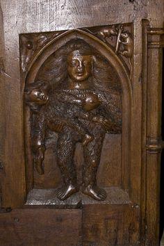 Église Saint-Martin (Prieuré d'Ambierle)-Stalles: représentation de la femme barbare.
