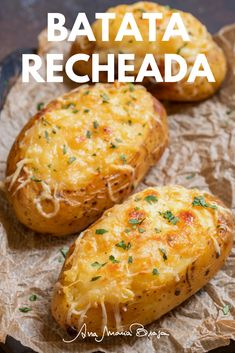 Uma das receitas mais gostosas de batata recheada. Essa leva frango e queijo muçarela mas você pode fazer com o recheio que quiser. Vale a pena conferir! Baked Chicken Recipes, Crockpot Recipes, Cooking Recipes, Healthy Breakfast Recipes, Easy Healthy Recipes, Easy Meal Prep, Easy Meals, Fall Dinner Recipes, Football Food