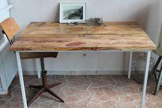 Die Tischplatte besteht bei diesem Tisch aus ca. 120 Jahre alten Dielen, die abgeschliffen wurden und jetzt als Tischplatte für das alte aus Metall be